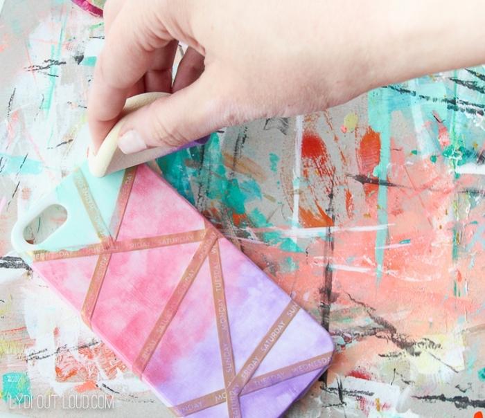 Handyhülle personalisieren, Bemalt in lila und pink und blassgrün mit kosmetik Schwamm, Hand tupft Farbe