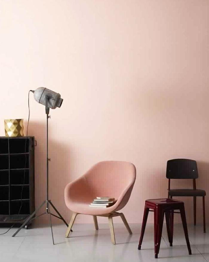 Welche Farbe passt zu Rosa, stuhl in Farbe altrosa, Scheinwerfer in schwarz, Wandfarbe altrosa, Kommode in schwarz
