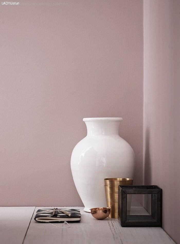 Wandfarbe altrosa, weiße Vase und goldene Tassen. Farben für Wohnzimmer tipps, moderne Inneneinrichtung, Dekoration für Wohnzimmer