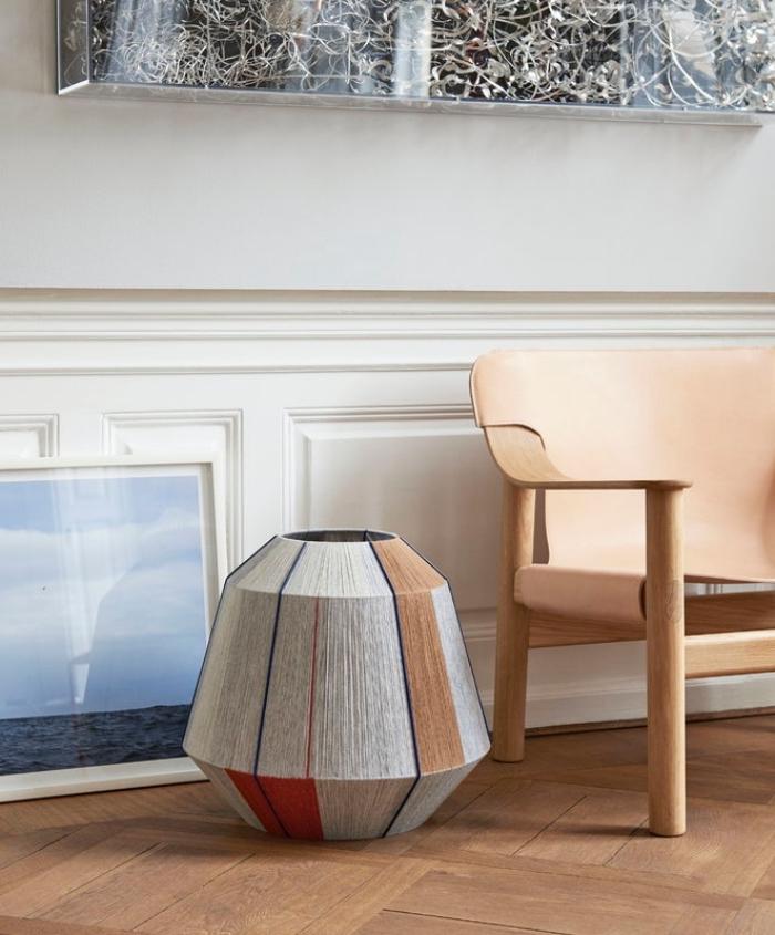 cappiccino farbe, weiße wand, große vase mit geometrischen motiven, einrichtungideen