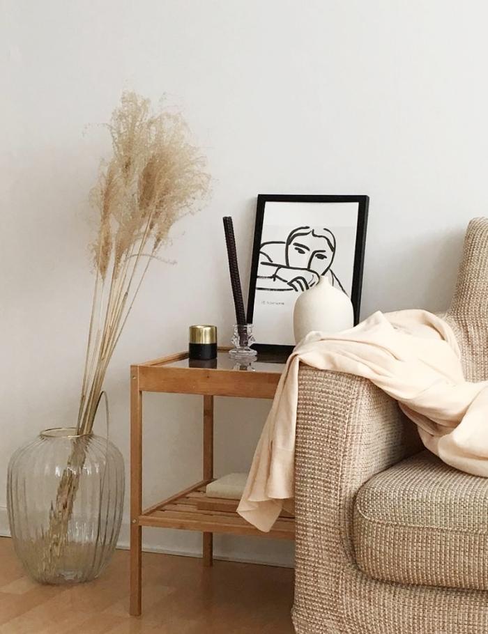 wohnzimmer dekorieren, deko in cappuccino farbe, große glasvase, beige sofa, zimmerdeko