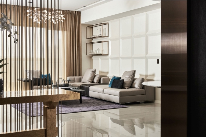 wohnzimmer in cappuccino farbe, lila teppich, weiße bodenfliesen, hellbraune gardinen