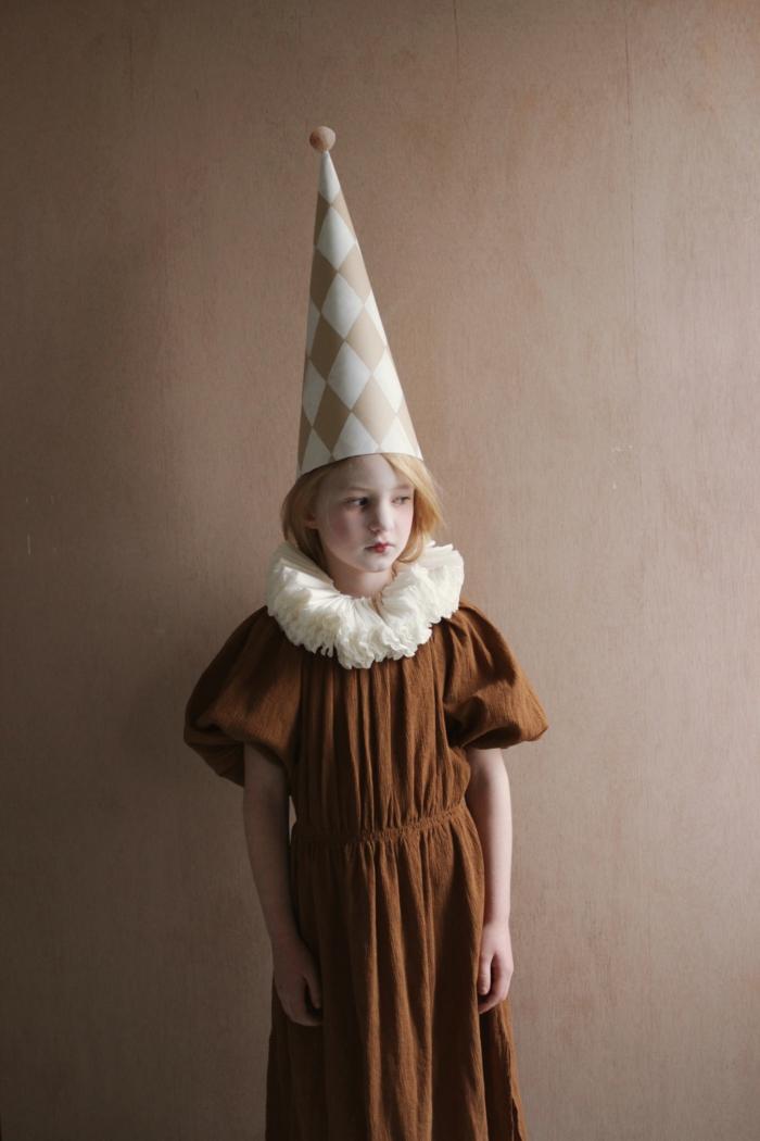 Faschingskostüme für Kinder, Kostüm von Clown mit Hut und Kragen in weiß alte Kaffeefilter und Kleid in braun, geschminktes Gesicht in weiß mit roten Lippenstift