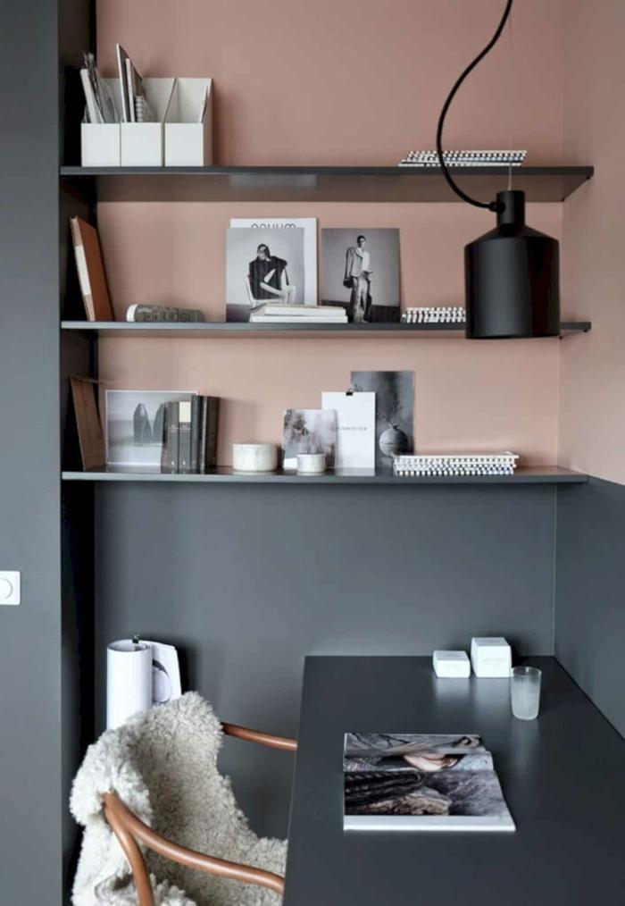 Aktuelle Wohnraumfarben, Color Blocking Wand in altrosa und grau, schwarzer Schreibtisch mit Magazin obendrauf, schwarze Lampe