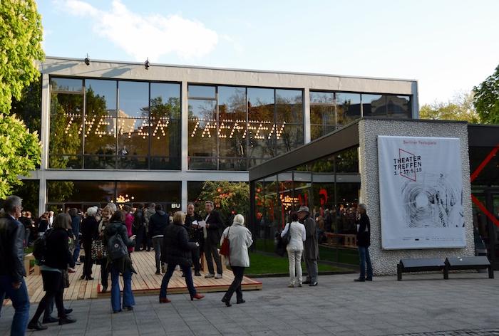 viele menschen und das haus der berliner theaterfestdpiele, berliner theatertreffen, eine frau mit weißem haar
