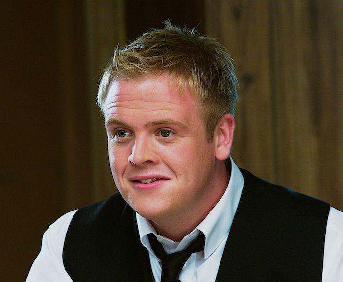 der schauspieler Owain Arthur, hauptcast für die serie der herr der ringe von amazon prime, ein mann mit einem weißen hemd und schwarzer krawatte