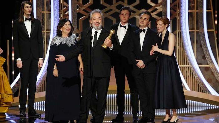 die verleihung der diesjährigen golden globe preise, ein mann mit einem schwarzen kostüm und mit einem goldenen preis, schauspieler mit weißen hemde, der regisseur sam mendes