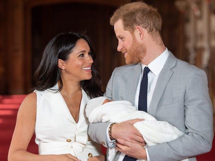 eine frau und ein mann mit baby, die royla familie prinnz harry, die herzogin meghan markle und ihr sohn archie