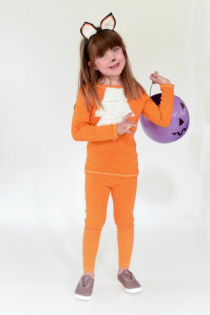 Faschingskostüme Kinder Mädchen. Fuchs Kostüm aus T-Shirt und Leggings gefärbt in orange, mit braunen Schuhen, Ohren und Brustteil, Korb in lila Farbe