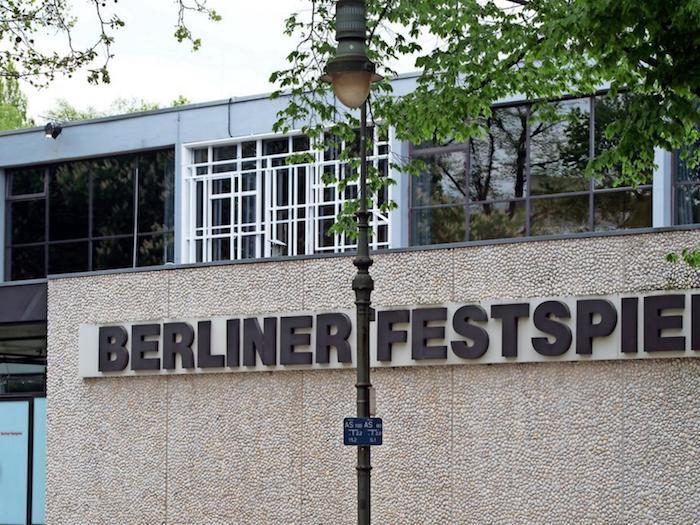 lampe und ein baum mit grünen bäumen, das haus der berliner festspuele, berliner theatertreffen