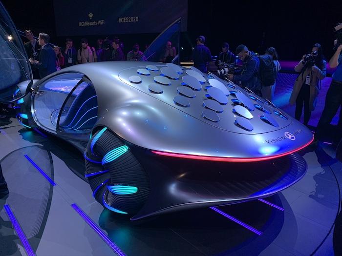 mercedes benz vision avtr, das neue graue auto, das von dem film avatar von james cameron inspiriert wurde, viele menschen udn bähne, ces