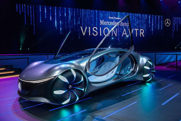 eine bühne während der ces miit einem grauen auto, das on dem film avatar inspiriert wurde, mercedes benz vision avtr