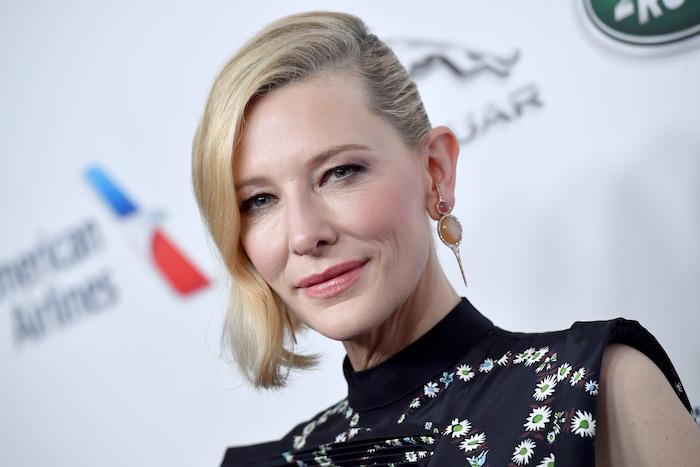 die schauspielerin cate blanchett wird jury chefin bei den filmfestspielen in venedig, eine frau mit blondem haar und mit goldenen ohrringen