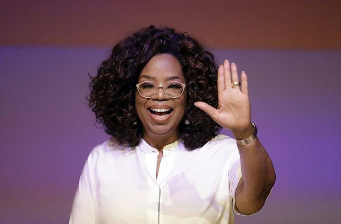 die tv moderatorin oprah winfrey, eine frau mit einem weißen hemd und hand mit ring, eine frau mit lockigem haar
