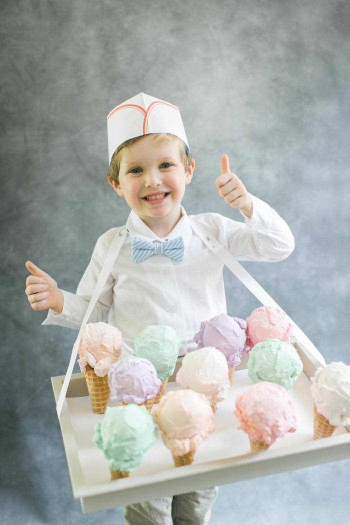 Faschingskostüme Kinder Jungen, Kostüm mit weißem Hemd und weißes Hut, bunte Eiskugeln aus Styropor, Fliege in blau und weiß