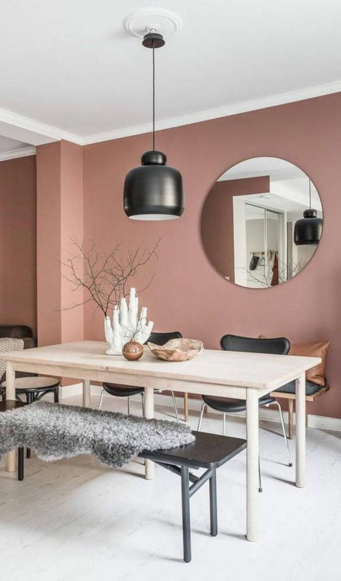 Farbe für Wand in altrosa, Großer Runder Spiegel an die Wand, Esstisch aus Holz, schwarze Bank und Stühle,