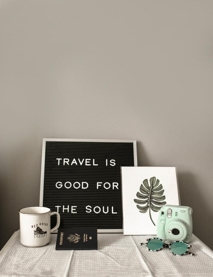 Farbe des Jahres 2020 Tranquil Dawn, Interior Design 2020 Inspiration, Fotoapparat in grüner Farbe, Tasse in weiß