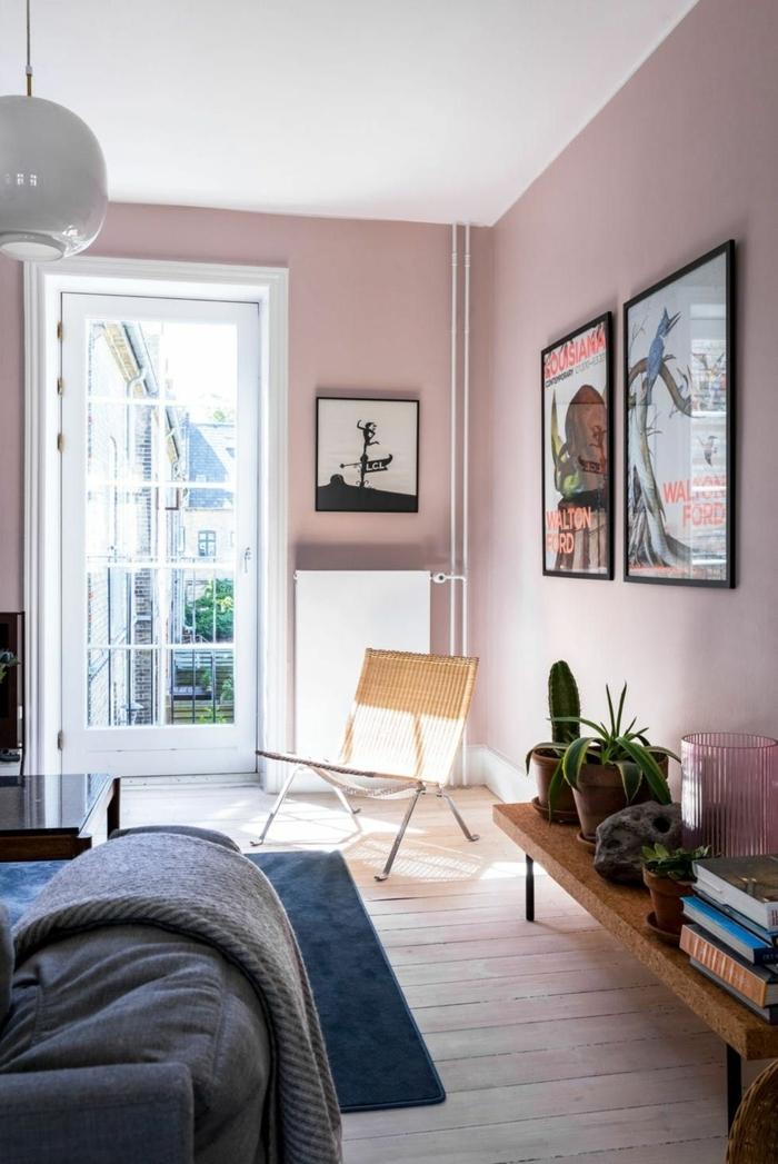 Farbe für Wand, aufgehängte große Poster, Teppich in blau und Sofa in grau, grüne Pflanzen, Wandfarbe altrosa
