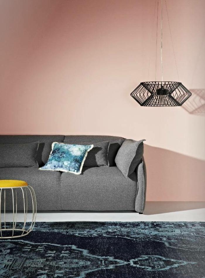 Wohnzimmer grau rosa, kleiner Kissen in blau, grauer Couch, Pendelleuchte in schwrz, welche Farbe passt zu altrosa, Teppich in blau