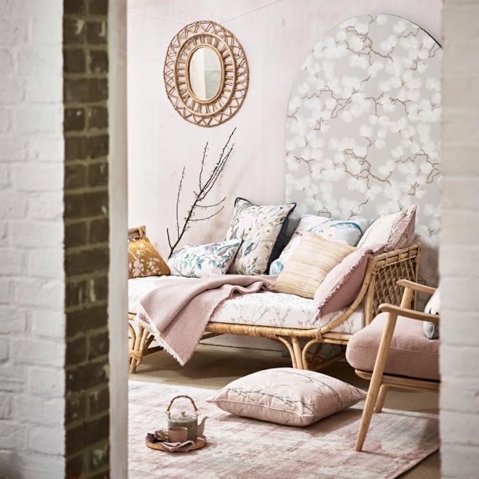 Elegante Inneneinrichtung in pastell Farben, welche Farbe passt zu rosa, Liege mit vielen Kissen in helle Farben,