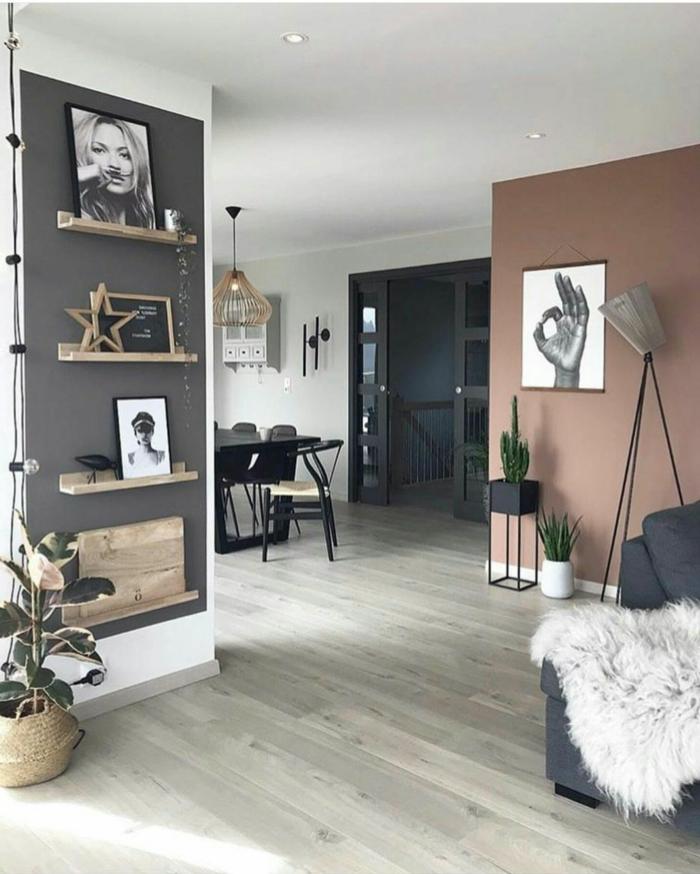 Ideen für Farbe für Wand, Wohnzimmer Einrichtung in grau und altrosa, schwarz weiße Fotos an die Wand, Couch in grau