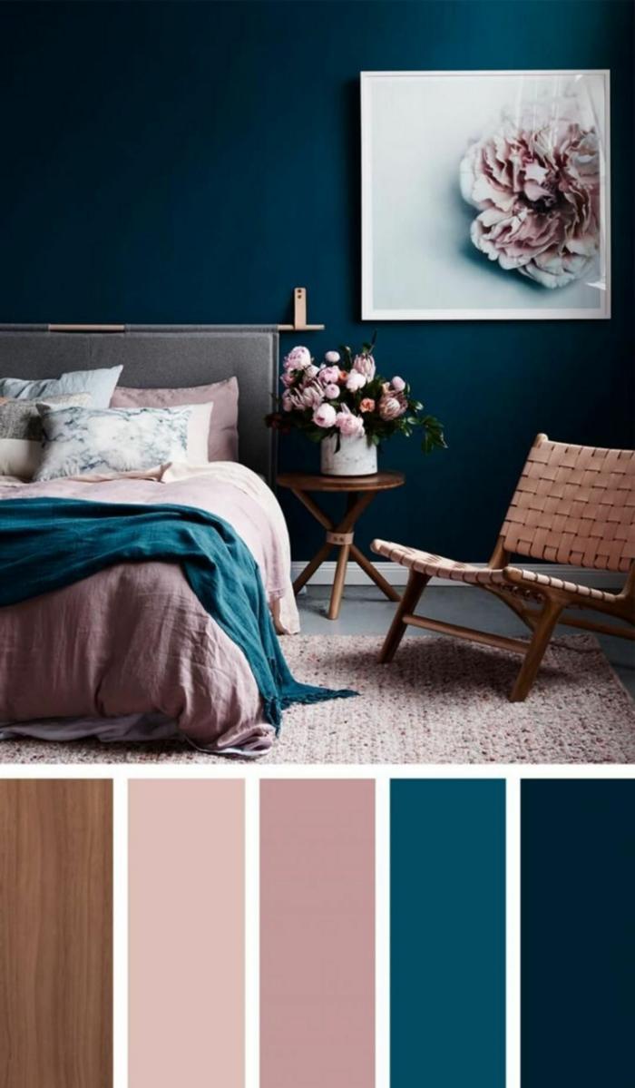 Welche Farbe passt zu altrosa, blaue Wand und Bett mit Bettwäsche in rosa, Farbpalette für Wandfarbe in verschiedene Töne, Bild von einer Blume