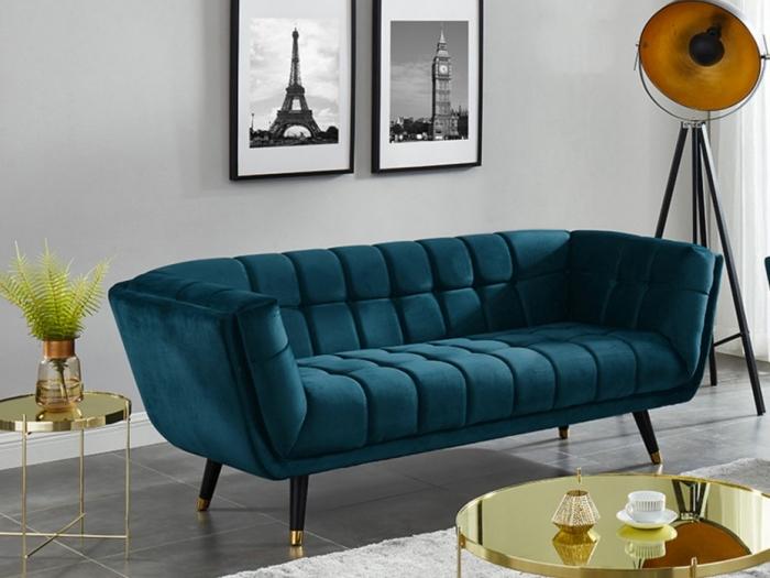 farbtrands 2020, graue wand, goldene tische, desginer sofa in grünblau, smaragdgrün