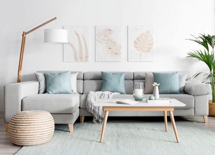 farbtrends 2020, graunes sofa, sandblaue dekokissen, bilder mit blätter muster, wohnzimmerdeko