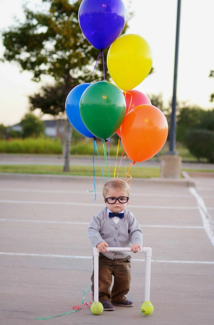 Up Kostüm, faschingskostüme Kinder Jungen, graue Westе, schwarze Fliege und braune Hosen, bunte Ballons, Schwarze Brillen, blonde Haare