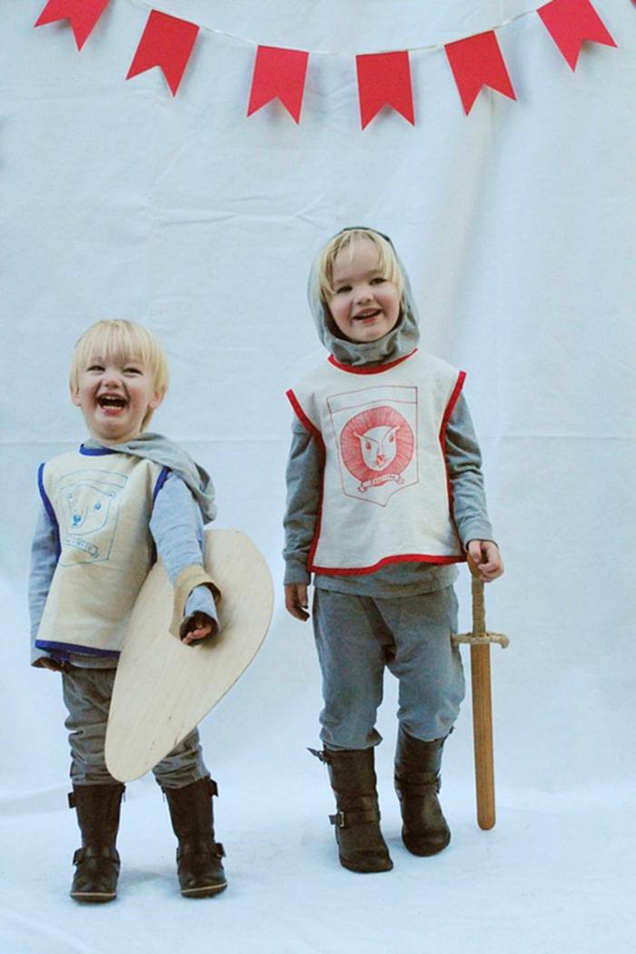 Zwei Blonde Kinder in Ritter Kostüme mit Schwert und Schild, Kinder Faschingskostüme, Stiefel in Braun