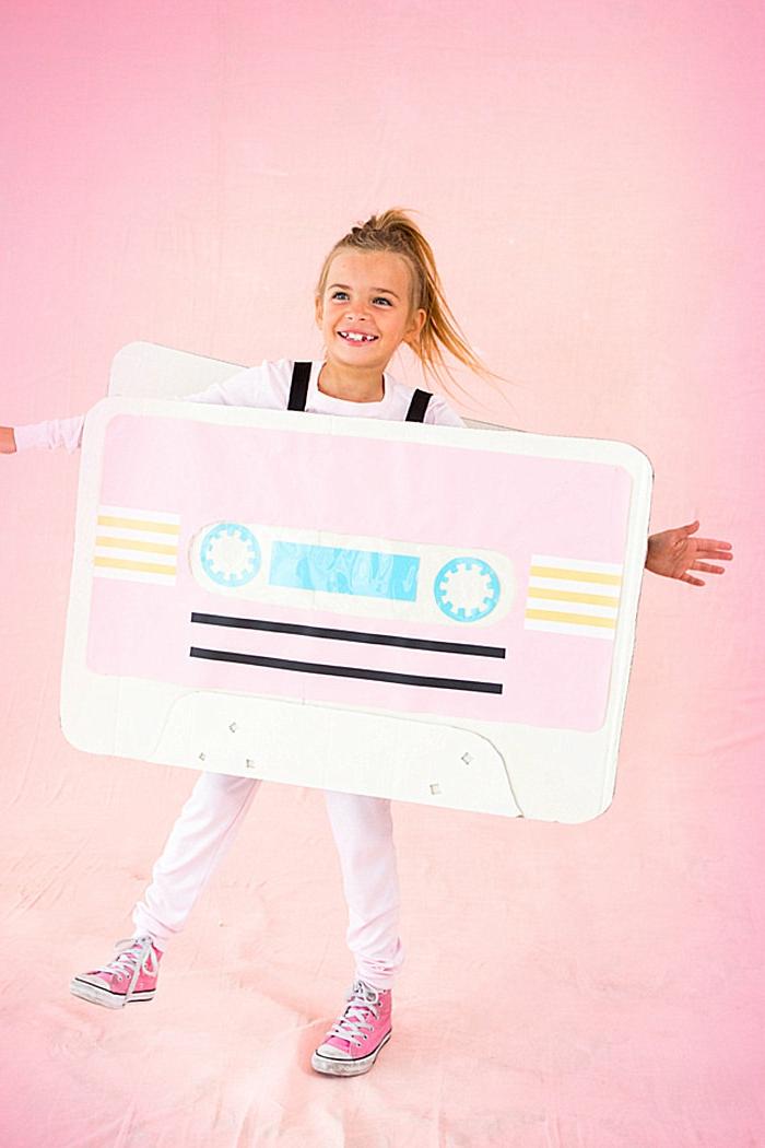 Kassetten Kostüm in pink aus Karton mit Trägern, Faschingskostüme Kinder Mädchen, pinke Sneakers