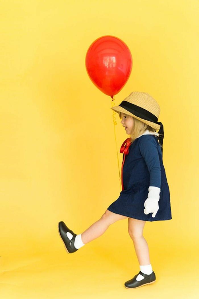 Mädchen im blauen Kleid und schwarzen Schuhen, roter Luftballon, Madeline Kostüm, Faschingskostüme Mädchen