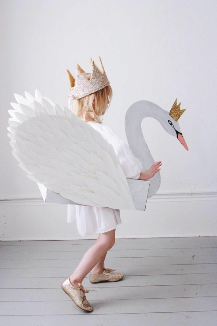 Schwan Kostüm in weiß mit Flügel, Faschingskostüme Mädchen, goldene Krone und goldene Schuhe
