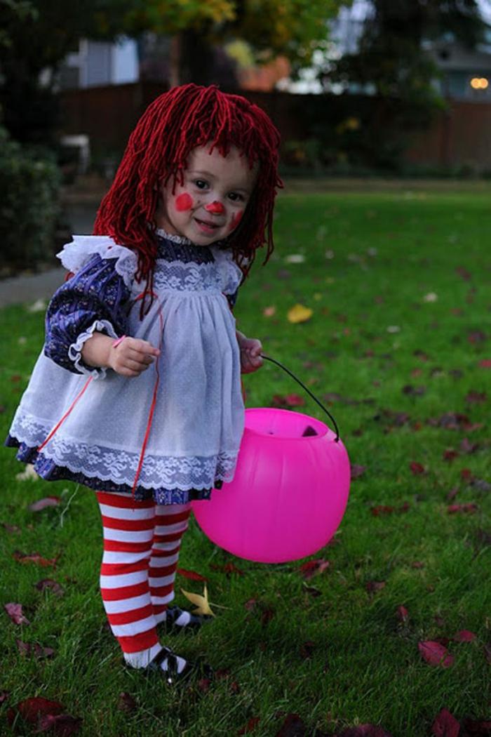 Faschingskostüme für Kinder, rote Perücke und blaues Kleid, gestreifte Leggings in rot und weiß, Kürbiskopf Eimer in pink
