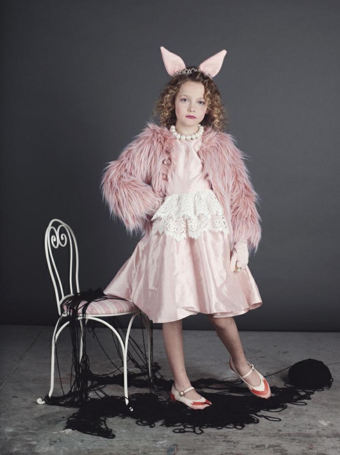 Miss Piggy Karnevalskostüm in pink, Perlenkette in weiß, Flauschige Jacke und Kleid in pink, Faschingskostüme Mädchen