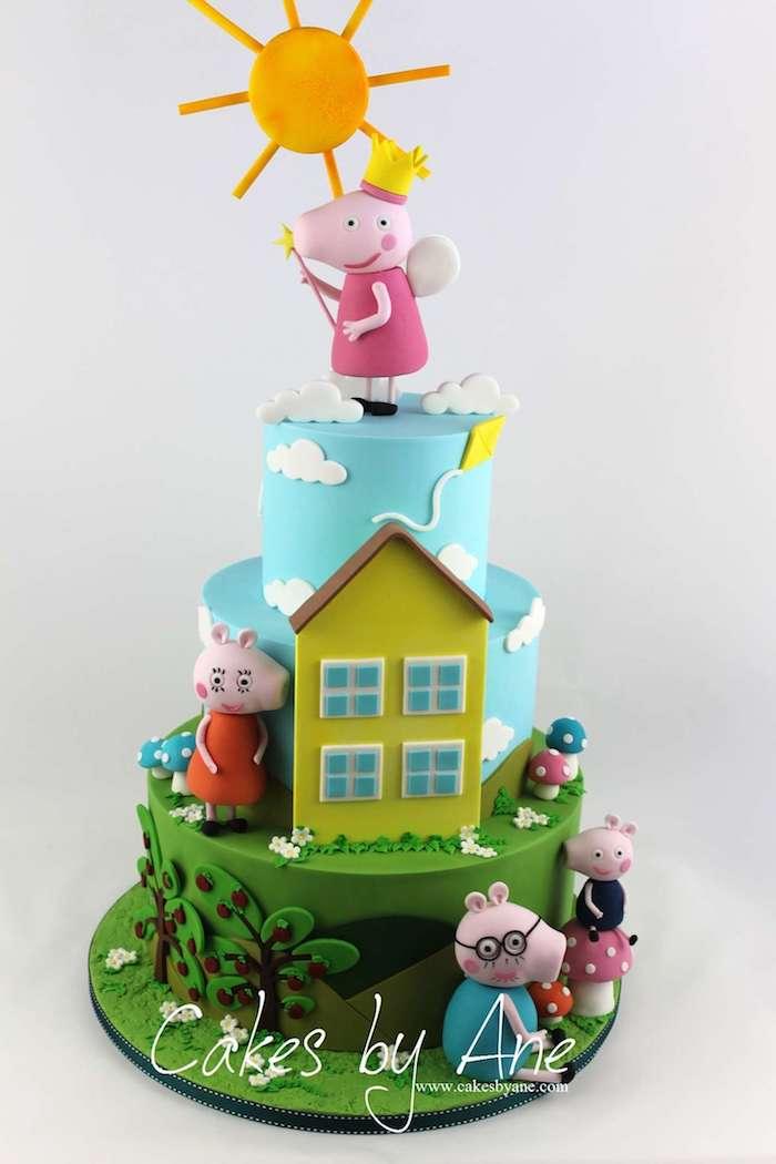 Dreistöckige Fondant Torte mit Wutz Familie, Peppa Wutz mit Krone, Zauberstab und Flügeln auf der Torte