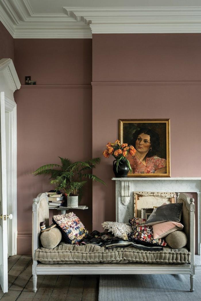 Inneneinrichtung im französischen Stil, Farben für Wohnzimmer tipps, Liege in grün mit Kissen, wandfarbe altrosa