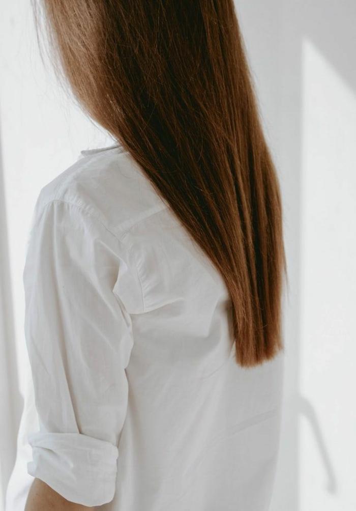 Lange braune glatte Haare, Traumfrisuren zaubern mit dem Glätteisen, Frau in einem weißem Hemd