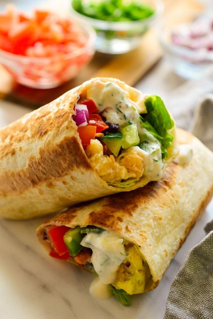 füllung für wraps ideen, tortillas mit gurken, tomaten, zwiebel und eiern, gesund frühstücken