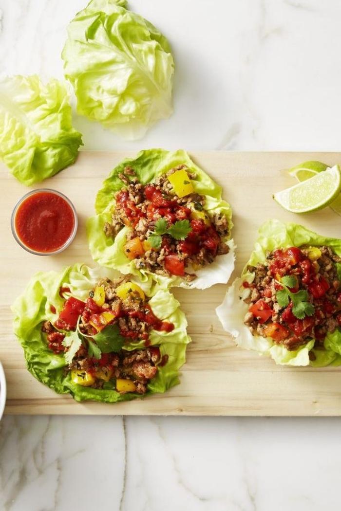 picknick essen ideen, füllung für wraps, low carb mittagessen, tomatensoße