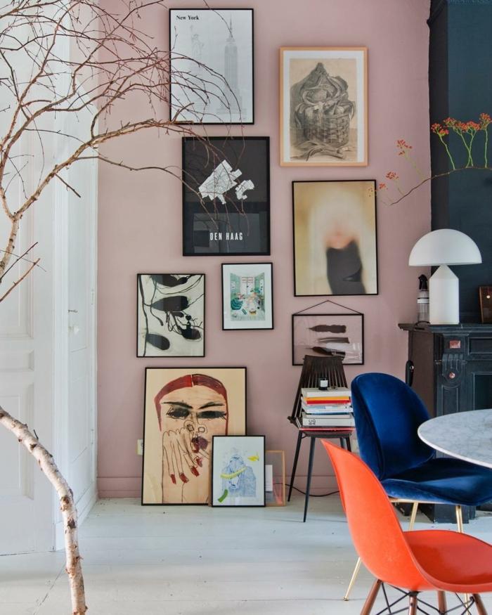Galleriewand mit verschiedenen Bildern, Stühle in blau und orange, welche Farbe passt zu altrosa, dekorativer Baum