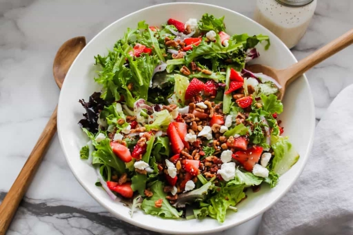 gesundes essen rezepte, salat mit slatblätter, erdbeeren und ziegenkäse, low carb