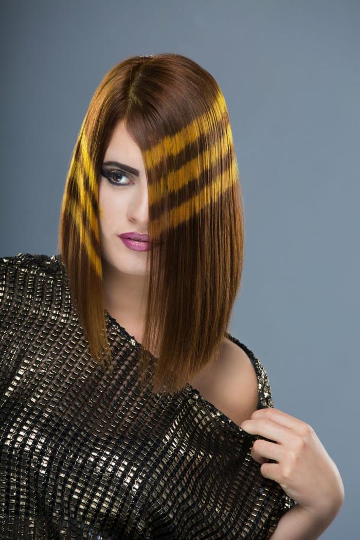 Kurze braune glatte Haare, Glätteisen Frisuren zaubern, Frau im schwarzen glitzernden Top, geschminktes Gesicht