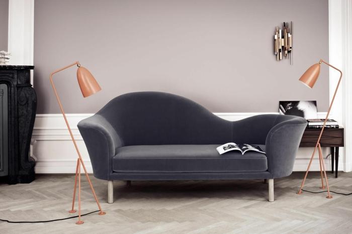 Moderne Ausstattung mit grauem Couch, zwei Lampen in altrosa, Wand bemalt in grau, Welche Farbe passt zu altrosa, aufgeschlagenes Magazin