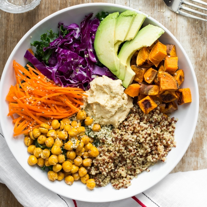 ideen mittagessen familie, healthy bowl, gesunde rezepte, quinoa mit kichererbsen, kürbos und rotkohl