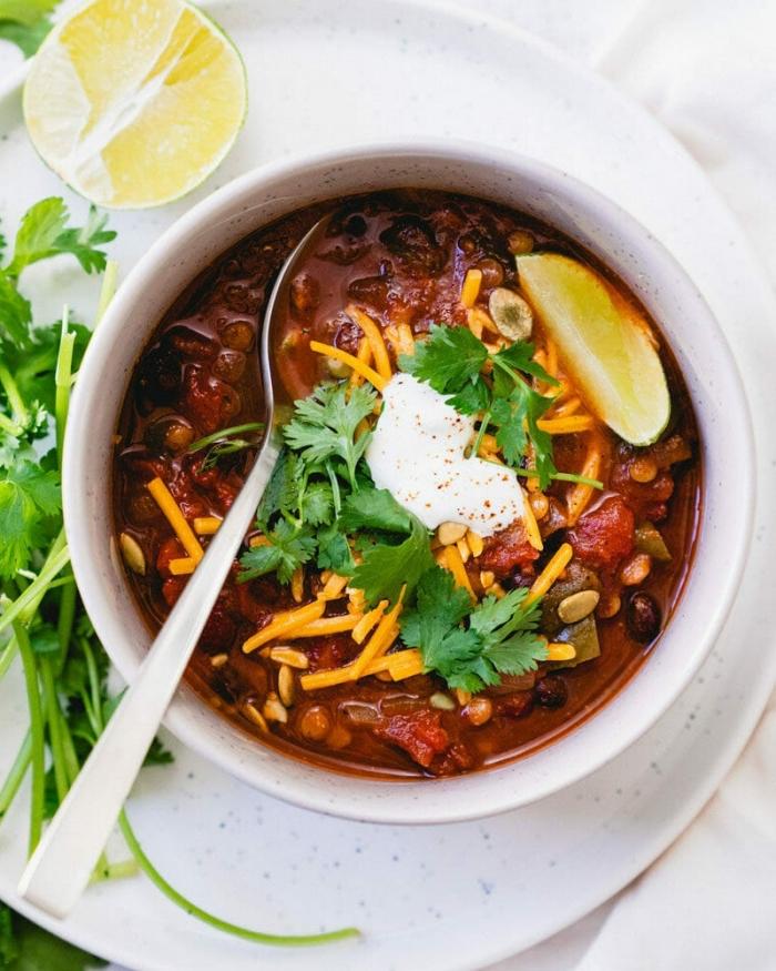 ideen mittagessen familie, instant pot chili garniert mit sauerrahm, cheddar und petersilie