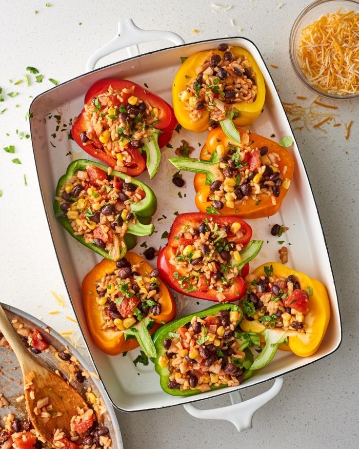 ideen mittagessen familie, low carb essen, gefüllte paprikas mit schwarzen bohnen und quinoa