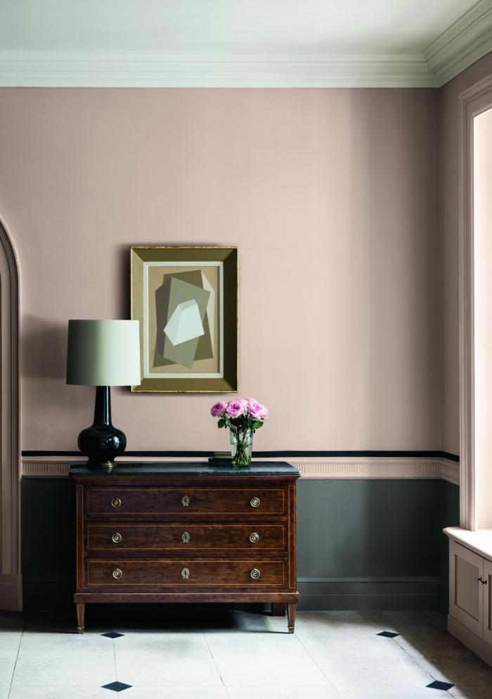 Schlafzimmer grau rosa, Kommode aus Holz in braun mit einer weißen Lampe obendrauf und pinke Blumen, Bild an die Wand
