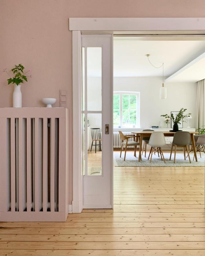 Wohnzimmer grau rosa Inneneinrichtung, großes Esszimmer mit grauen und weißen Stühlen, Aktuelle Wohnraumfarben