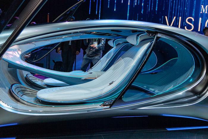 menschen und eine bühnee mit auto mit innenraum mit zwei blauen sitzen, das neue mercedes benz vision avtr